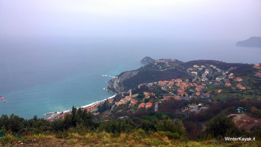 Lo spettacolare colpo d'occhio su Bergeggi dall'alto del Monte Sant'Elena