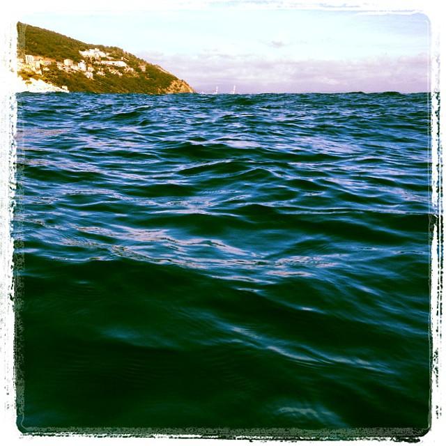 Quel puntino che spunta in basso a dx è Punta Predani di Bergeggi... coperta dalle onde