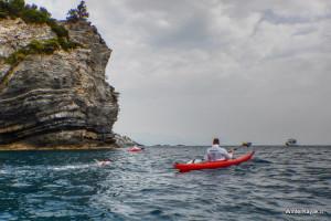 Carina Bruwer nuota per 18 chilometri, scortata da un kayak