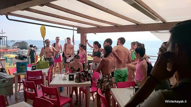Briefing prima di un'escursione in canoa a Bergeggi