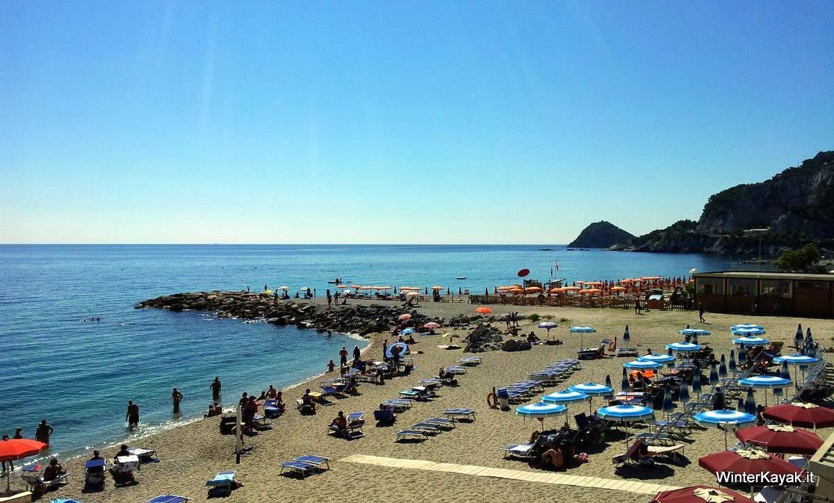 Matrimonio Spiaggia Bergeggi : Escursioni in canoa nelle spiagge a bergeggi estate e
