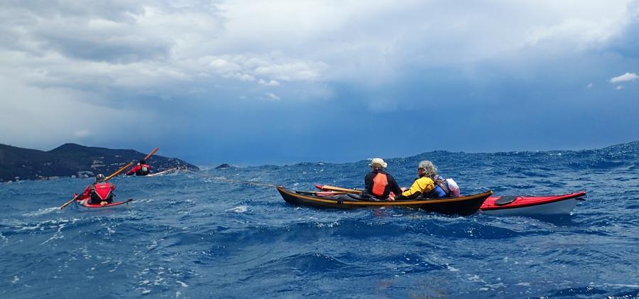 Traino di due kayak zatterati per superare un momento critico (foto Tatiana Cappucci)