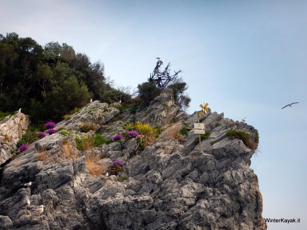 """Il Pifferaio, storico """"monumento"""" dell'Isola di Bergeggi, spunta dalla macchia mediterranea in fiore"""