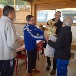 Marco Olcese e Giovanni Delorenzi, della Pro Loco Bergeggi, consegnano i premi della Cronoscalinata 2015