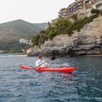 Carina Bruwer nuota per un'iniziativa benefica scortata da un kayak